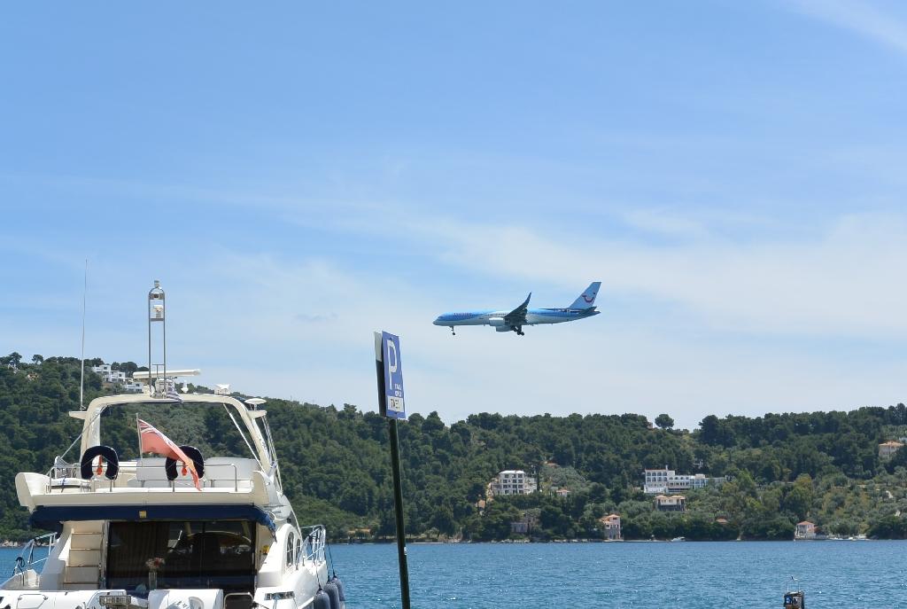 Avion la aterizare in Skiathos - imagini impresionante