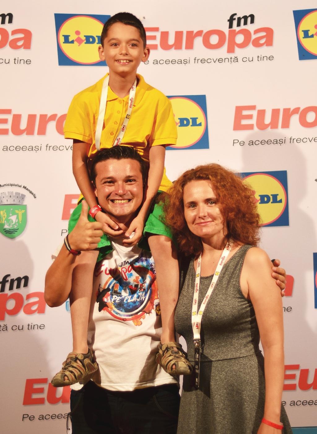 Roxana Dumitrascuta alaturi de Toader Paun in culisele Europa FM Live pe Plaja 2015