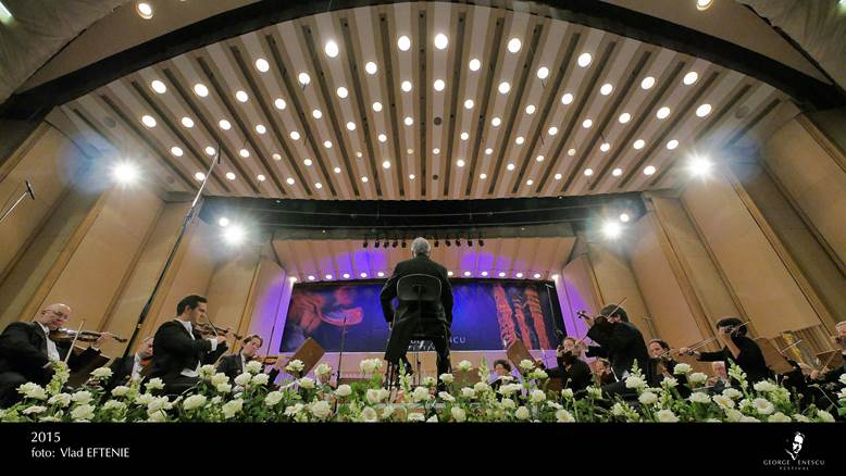 Zubin Mehta dirijand de pe scaun la Festivalul George Enescu - Bucuresti -2015