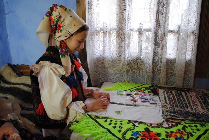 Manufacturarea zgărdanelor (şiruri de mărgele viu colorate) - șezătoarea din satul Poienile Izei, județul Maramureș