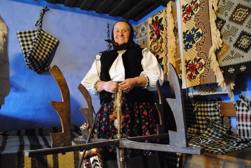 Împletirea baierelor pentru traiste - șezătoarea din satul Poienile Izei, județul Maramureș