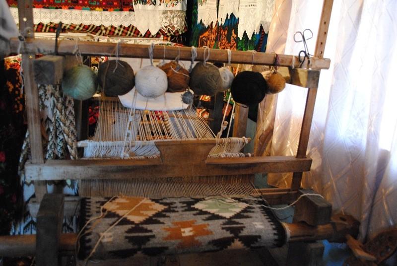 Țesutul covoarelor la război - șezătoarea din satul Botiza, județul Maramureș