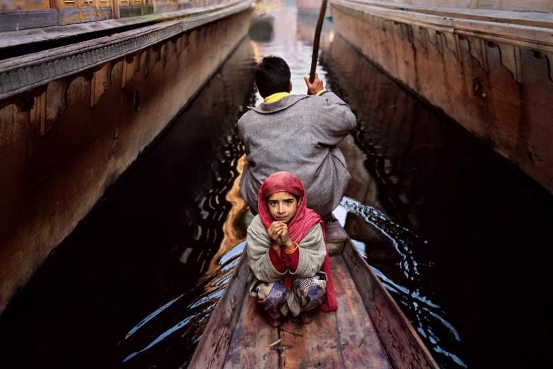 Steve McCurry_o fetita si tatal ei, in barca