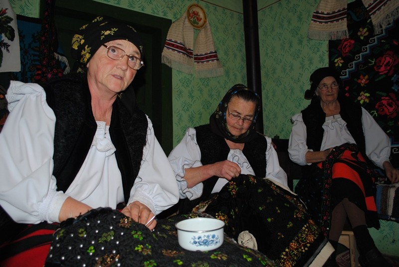 Cusutul pieptarelor - șezătoarea din satul Botiza, județul Maramureș