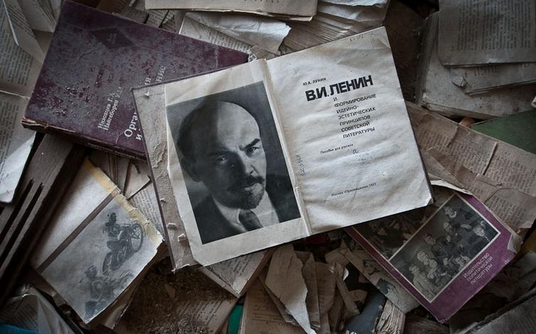 Pripyat la 30 de ani dupa tragedia de la Centrala Atomoelectrica Cernobil - carti abandonate Lenin