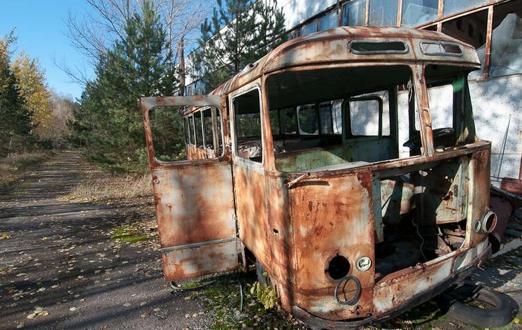 Pripyat la 30 de ani dupa tragedia de la Centrala Atomoelectrica Cernobil - microbuz abandonat pe strada