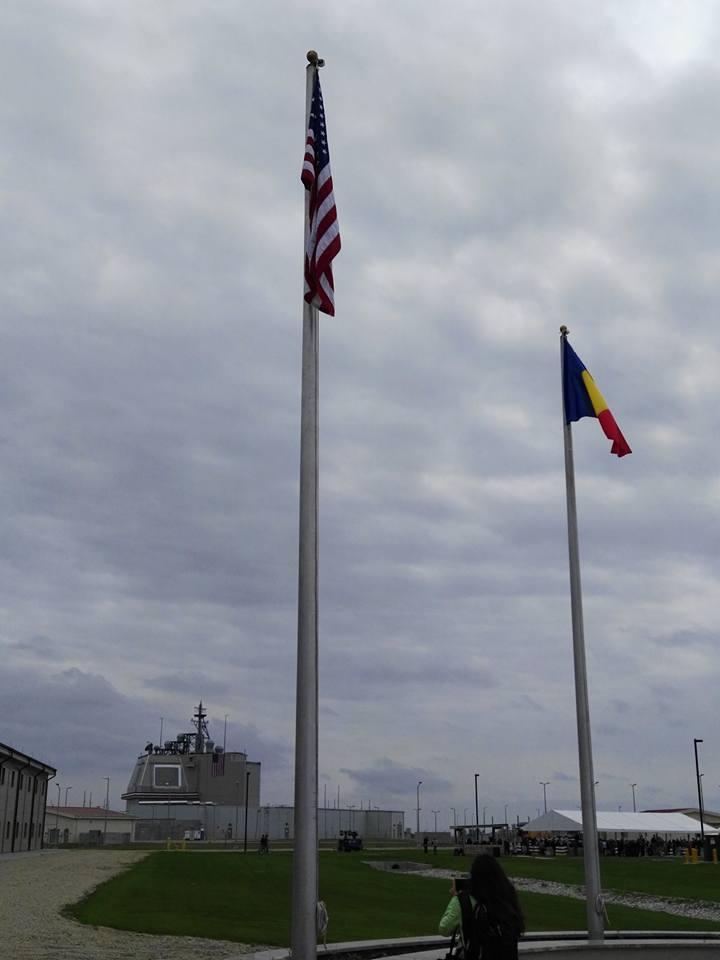 Steagurile Romaniei si SUA la Centrul de comanda al bazei Deveselu