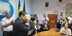 Un consilier județean i-a pupat mâna noului președinte al CJ Prahova (VIDEO)