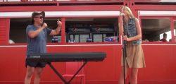 """Monica Odagiu şi Dan Bittman cântă live """"Stau cu picioarele în apă rece"""" – VIDEO"""