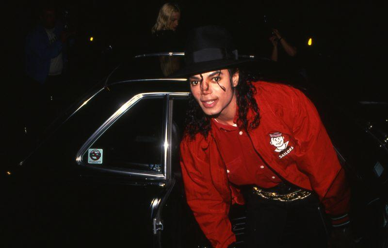 Michael Jackson coborand din masina pentru un eveniment public in 1990_244216060
