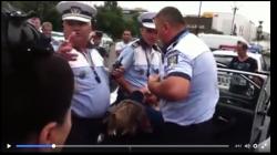 Femeie încătușată de mai mulți polițiști, după ce a refuzat să se legitimeze. Femeia traversase pe roșu – VIDEO