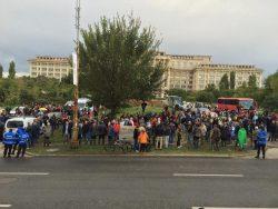600 de oameni protestează față de senatorii care au blocat ancheta în cazul Oprea