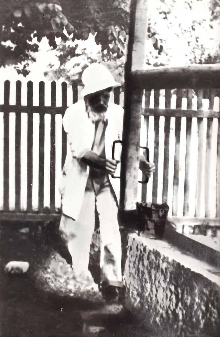 fotografie-inedita-constantin-brancusi-lucrand-la-joagar-pentru-ridicarea-portii-sarutului-surprins-de-micu-marcu-pe-2-iulie-1938