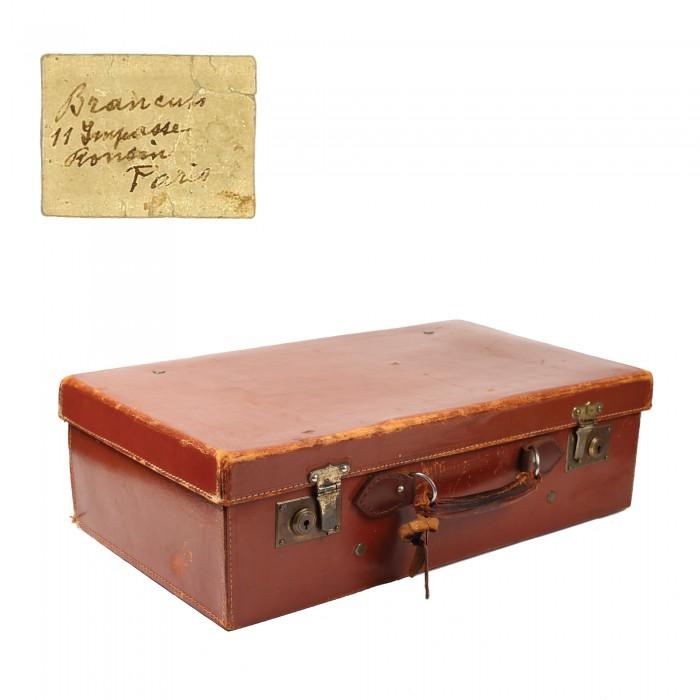 valiza-de-calatorie-cu-husa-de-protectie-si-eticheta-olografa-indicand-adresele-din-bucuresti-si-paris-acompaniata-de-scrisoarea-de-provenienta-a-nepoatei-sculptorului-ioana-brancusi