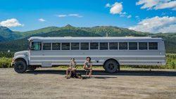 Un cuplu călătoreşte prin America într-un autobuz de şcoală – GALERIE FOTO