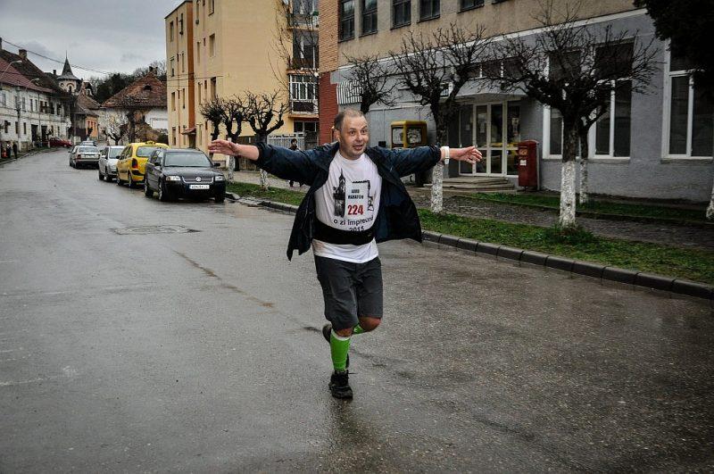 poveste maraton - Radu din TeamHospice alergand pe strazi la finalul unei curse