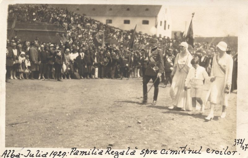 serbarile-unirii-alba-iulia-1929-regele-mihai-regina-maria-regina-mama-elena-si-principele-nicolae-indreptandu-se-spre-tribuna-oficiala