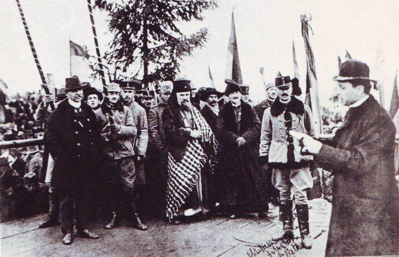 episcopul-iuliu-hossu-citind-rezolutiunea-alba-iulia-1918