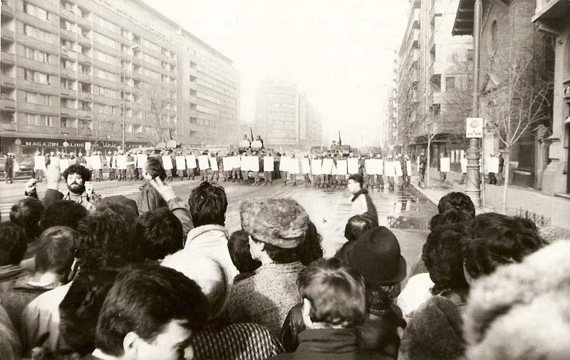 manifestanti-pe-strazi-revolutia-1989