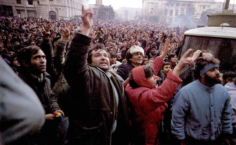 masa-de-demonstranti-la-bucuresti-revolutia-1989