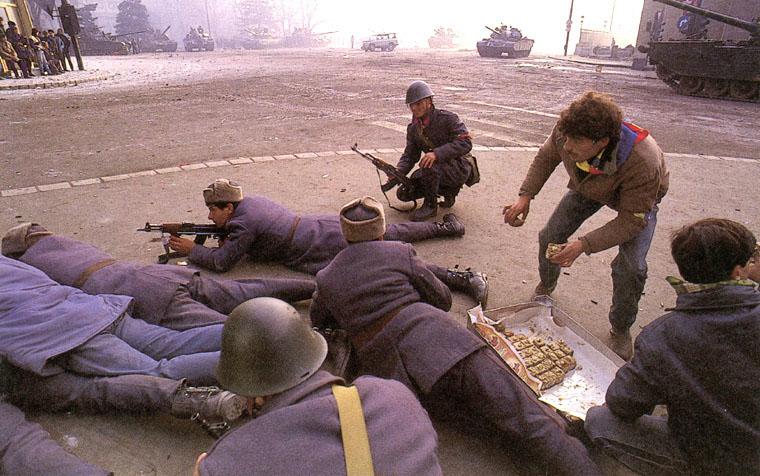prajituri-pentru-soldatii-care-lupta-impotriva-ceausistilor-revolutia-1989