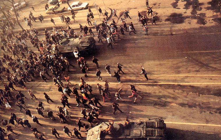protestatari-si-blinadate-in-capitala-revolutia-1989