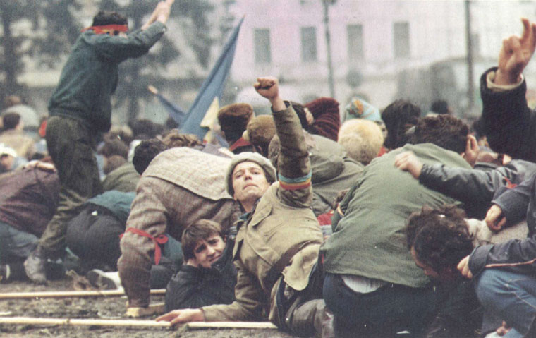 revolutionari-in-piata-palatului-revolutia-1989