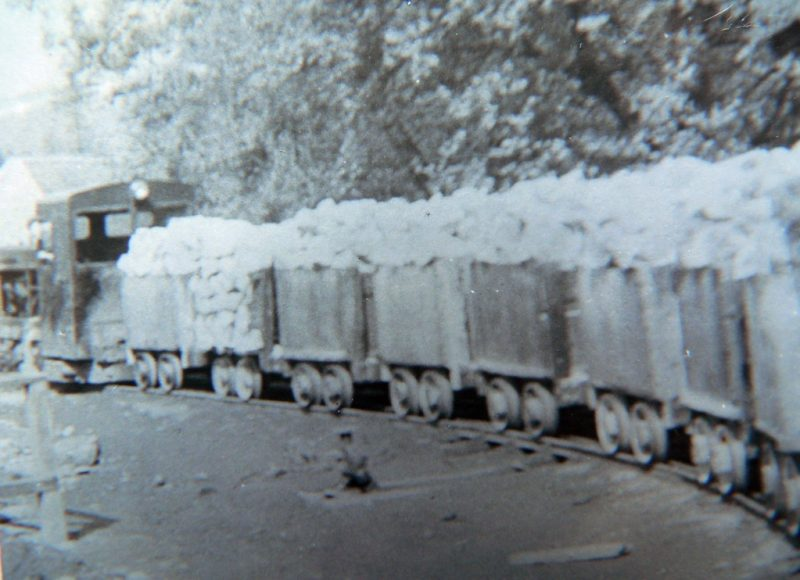 vagonet-extragere-sare-din-mina-imagine-arhiva