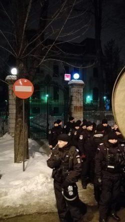 """""""Tăriceanu, nu uita, ai și tu celula ta!"""", """"Dragnea, nu uita, așteptăm și cartea ta!"""", scandări strigate în fața PSD și ALDE"""