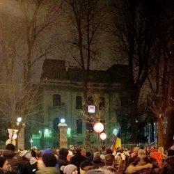 """""""La închisoare, nu la guvernare!""""; protestatarii scandează în fața sediului PSD"""