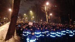 """Protestatarii din Piaţa Victoriei au ajuns la sediul PSD; se scandează """"Hoţii"""""""