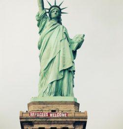 """Un banner pe care scria """"Refugees Welcome"""" a fost agăţat de Statuia Libertăţii din New York"""