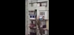 Brăila: Un bărbat, filmat în timp ce pescuiește, cu undița, o pereche de pantaloni de la un vecin.  Poliția: Nu e vorba de un furt – VIDEO