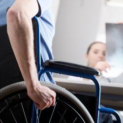 Pacienții cu boli reumatice acuză CNAS că încearcă să le limiteze accesul la tratament
