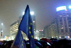 A douăzecea seară de proteste – oamenii înfruntă ploaia în Piața Victoriei